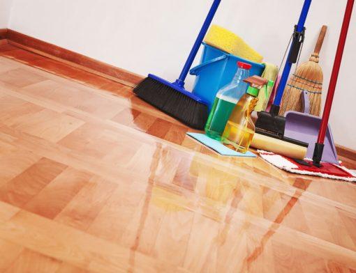 Como deve ser a manutenção de pisos de madeira