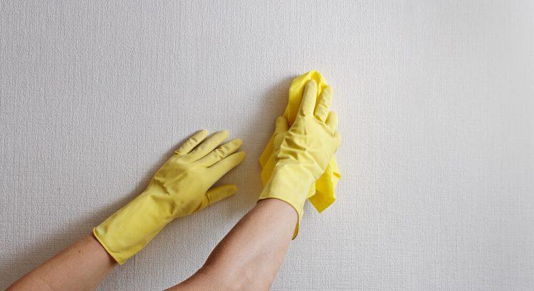 á falamos aqui no blog sobre o quanto o papel de parede é muito importante para a decoração de uma casa. Porém, nem sempre ele fica tão bonito, já que a falta de limpeza danifica o material. Pensando nisso, fornecemos neste artigo diversas orientações para que você descubra como limpar o papel de parede corretamente. A partir de hoje, você não terá mais problemas com sujeira e aprenderá a deixar a sua casa sempre linda! Ficou interessado? Continue a leitura e descubra como limpar o papel de parede: